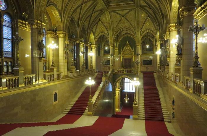 Escalinata visita al Parlamento de Budapest
