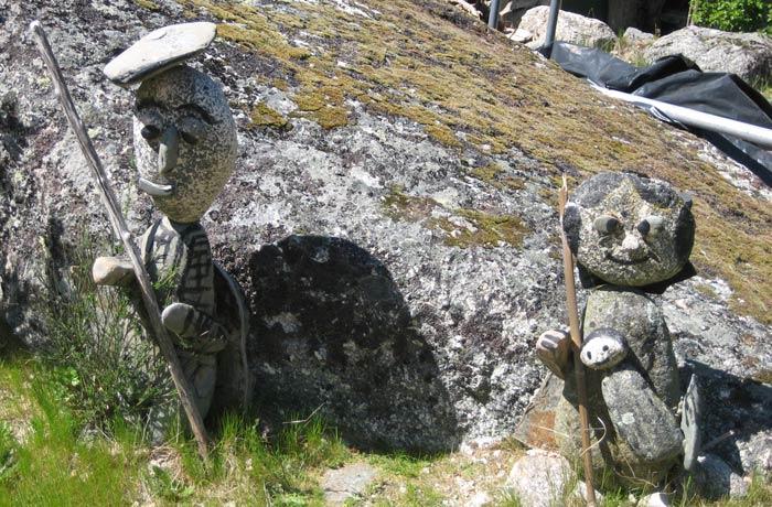 Esculturas en piedra a la puerta de una de las casas Sierra de la Estrella