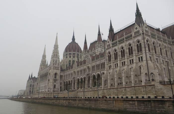 Fachada principal visita al Parlamento de Budapest