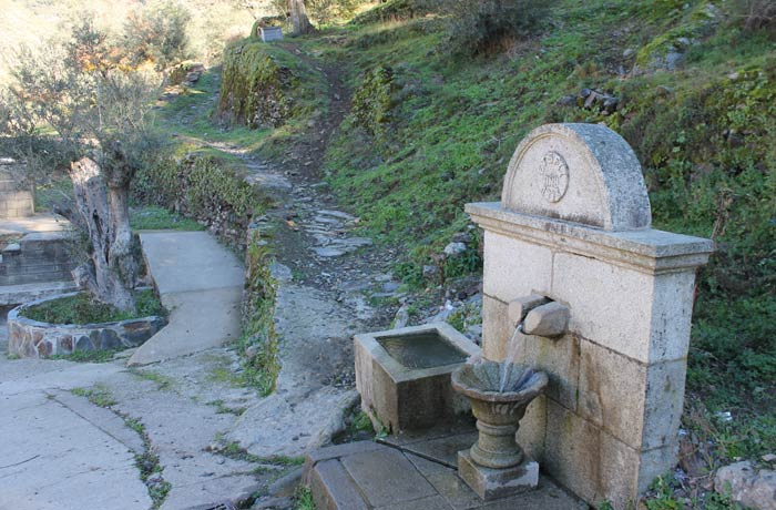 Fuente en Valero en el punto exacto donde comienza el sendero que va hacia San Miguel de Valero Camino de los Trasiegos