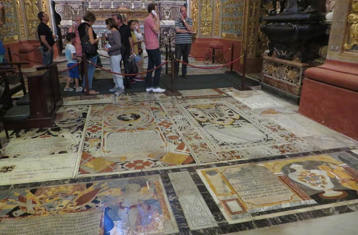Detalle del suelo de mármol de la Concatedral de San Juan qué ver en La Valeta