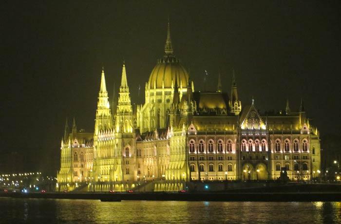 Vista lateral del Parlamento de Budapest iluminado
