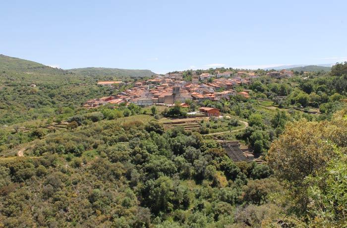 Vista de San Esteban de la Sierra al inicio de la ruta Camino de los Trasiegos