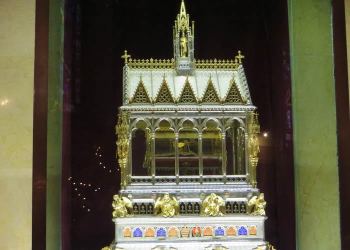 Urna con la Santa Diestra en la Basílica de San Esteban