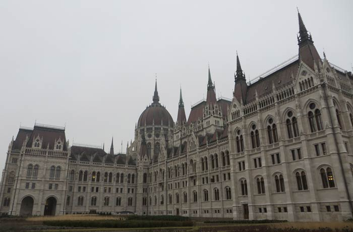 Vista lateral visita al Parlamento de Budapest