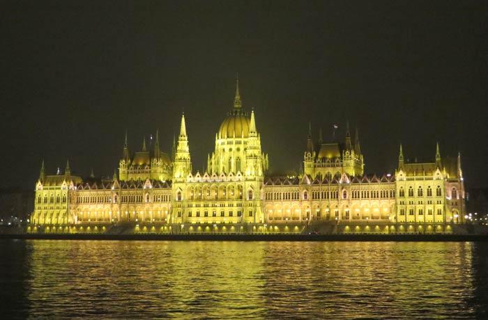 Panorámica nocturna del Parlamento desde Batthyány tér
