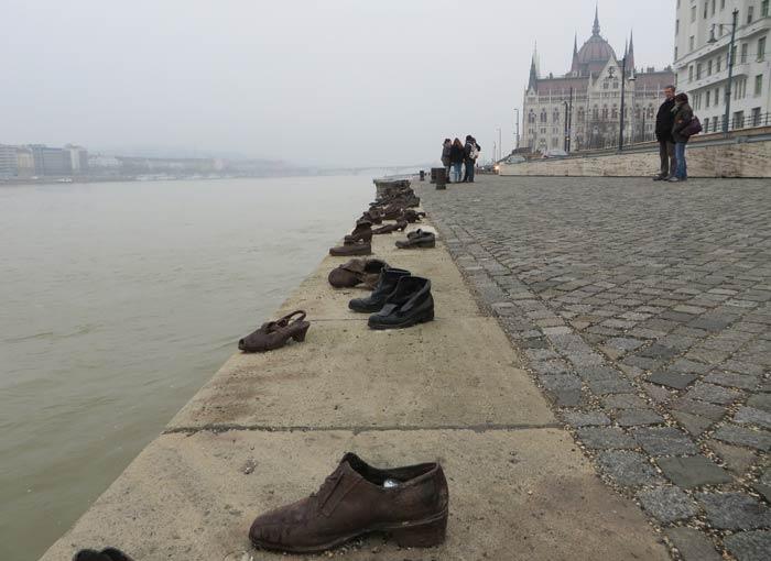 Zapatos del Danubio con el Parlamento al fondo