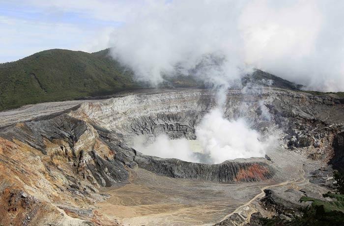 Cráter principal del Volcán Poás en un día despejado y con fumarolas