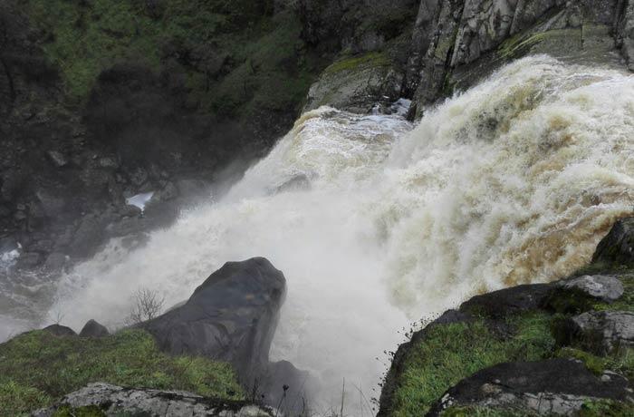 Caída de agua del Pozo de los Humos vista desde Masueco