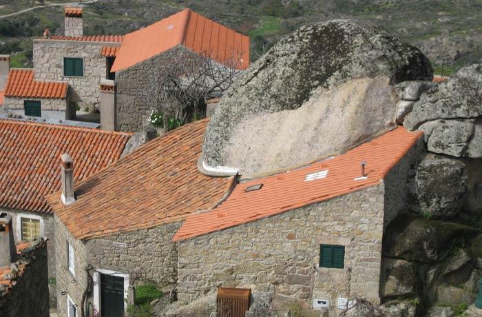 Casa adosada a una de las grandes rocas graníticas de Monsanto Portugal