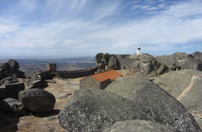 Castillo y muralla de Monsanto entre las rocas Portugal