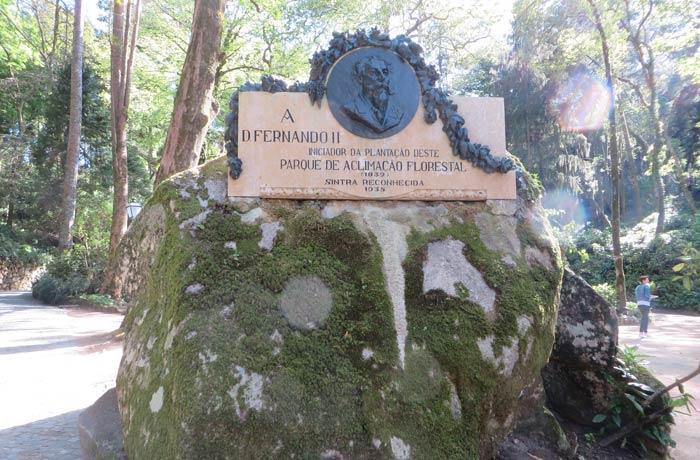 Placa que recuerda al rey Fernando II de Portugal en el Portao dos Lagos qué ver en Sintra