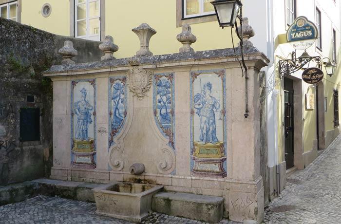 Fonte da Pipa en una calle de Sintra