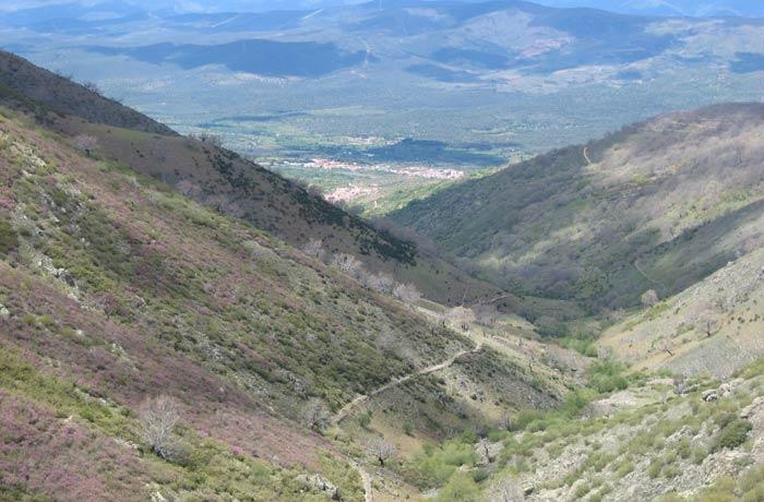 Garganta de Honduras y sendero de ascensión al puerto a la izquierda