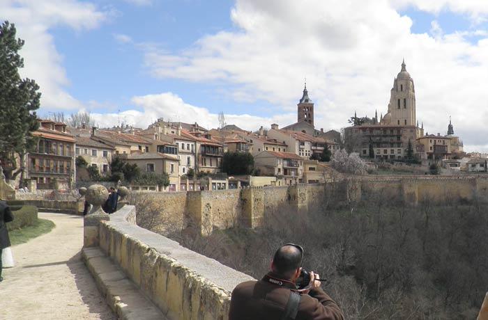 Vista de Segovia y su muralla a la salida del Alcázar