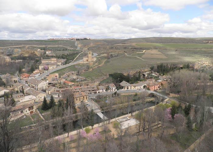 La ribera del Eresma y la iglesia de la Vera Cruz desde la Torre de Juan II del Alcázar qué ver en Segovia en un día