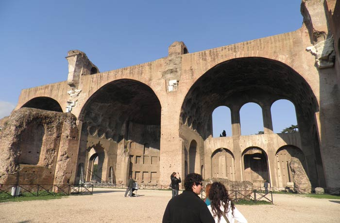 Basílica de Majencio y Constantino Coliseo y Foro Romano