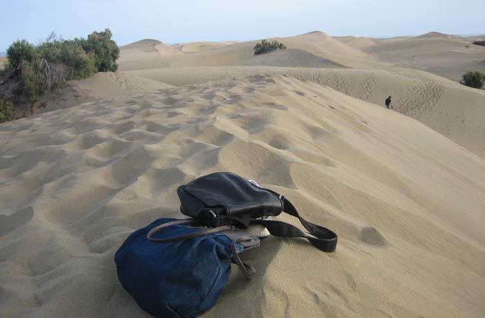 Nuestros bolsos en medio de las dunas