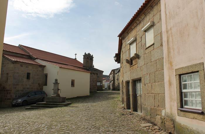 Calle principal de Castelo Mendo después de atravesar la puerta de la muralla