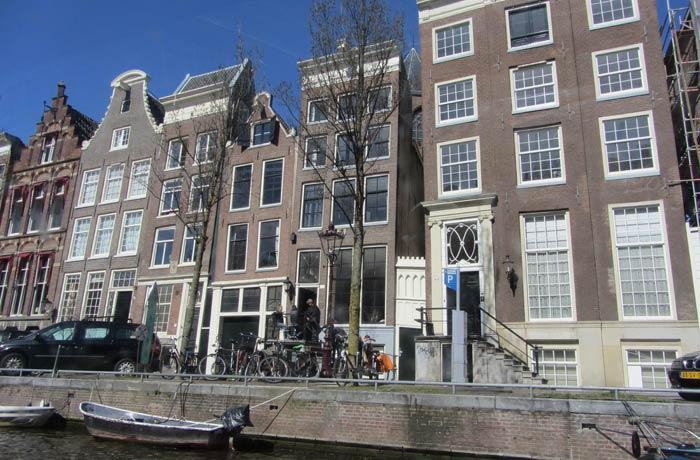 Arquitectura típica de Amsterdam vista desde el barco mejores paseos en barco de Europa