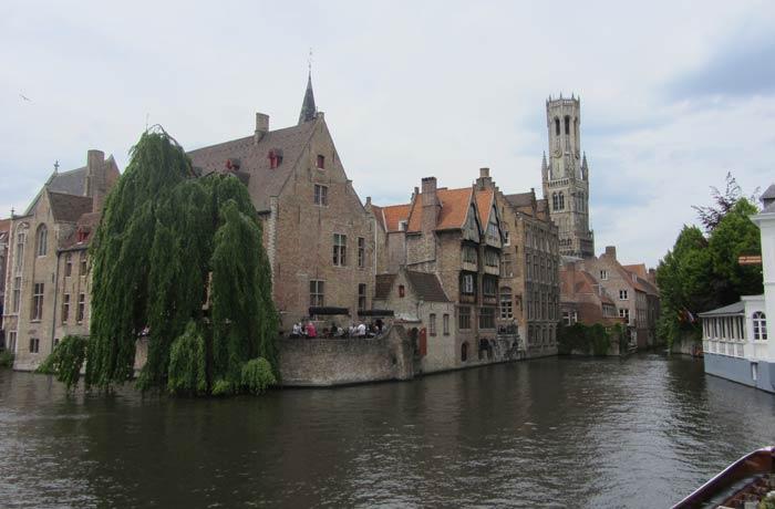 Vista más típica de Brujas desde la barca mejores paseos en barco de Europa