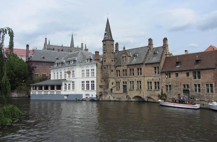 Brujas desde uno de sus canales mejores paseos en barco de Europa