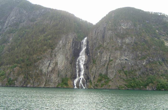 Caída de agua en los fiordos noruegos mejores paseos en barco de Europa