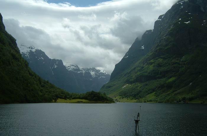 Idílico paisaje de los fiordos noruegos entre Gudvangen y Flam mejores paseos en barco de Europa