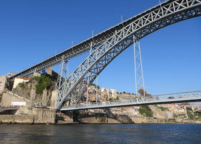 Momento en el que el barco pasa por debajo del puente Luis I de Oporto mejores paseos en barco de Europa