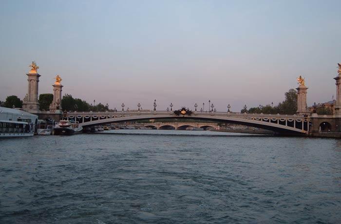 Puente Alejandro III desde el crucero por el Sena en París mejores paseos en barco de Europa