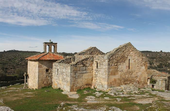 Vista de la iglesia de Nuestra Señora del Castillo Castelo Mendo