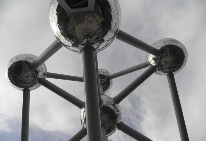 Vista del Atomium de Bruselas desde abajo