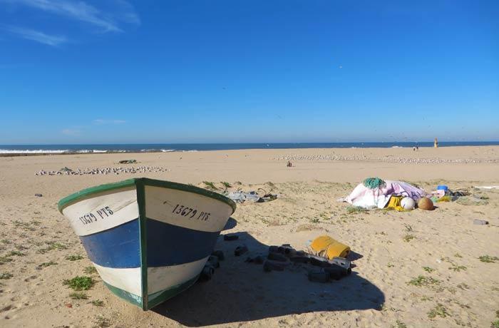 Barca y redes de pesca en la playa de Aguda