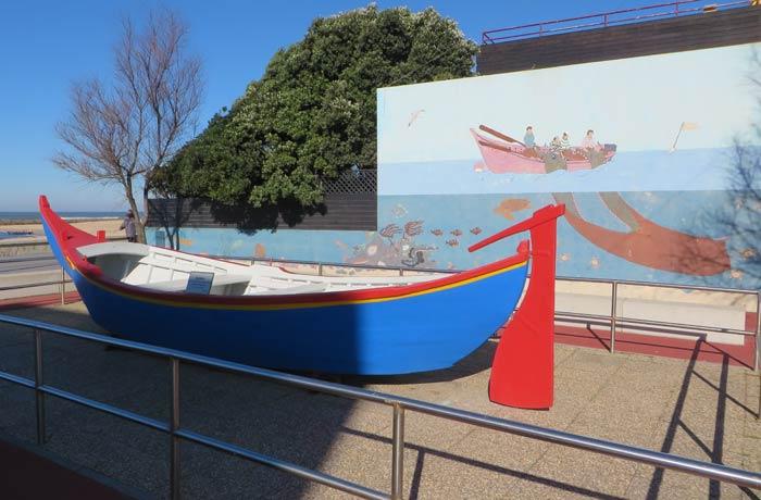 Bateira, barca tradicional de la zona, expuesta en la playa de Aguda