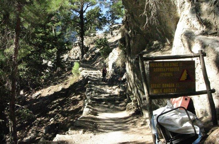 Advertencia contra los desprendimientos al inicio del camino Garganta de Samaria