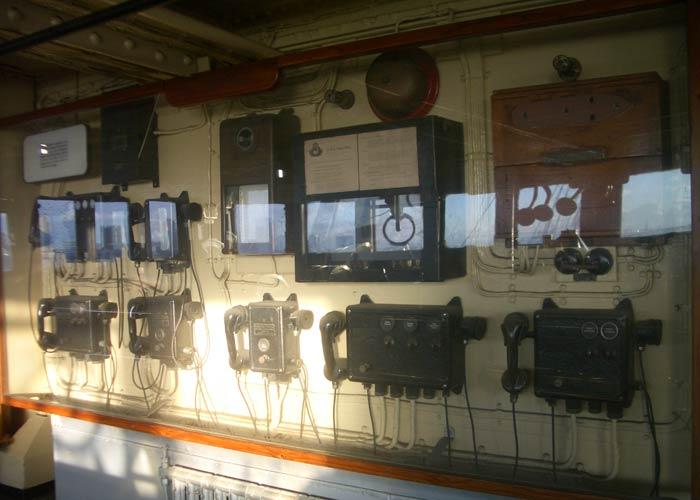 Vitrina con antiguas emisoras visitar el Queen Mary