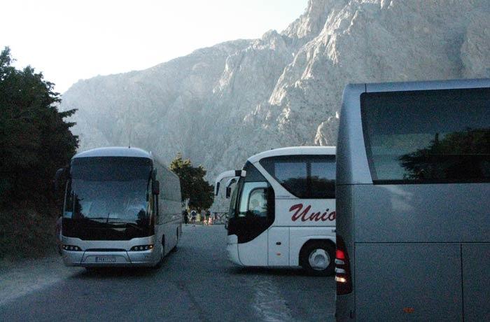 Zona de estacionamiento de autobuses en la entrada del Parque Garganta de Samaria