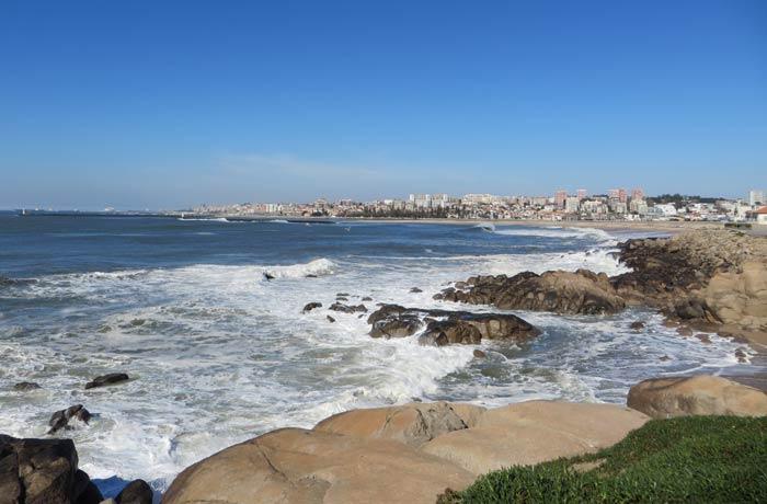 Vistas desde el paseo entre Espinho y Vila Nova de Gaia, que se ve al fondo