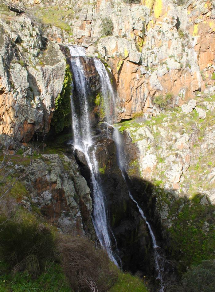 Vista lateral de la caída de agua cascadas en Portugal