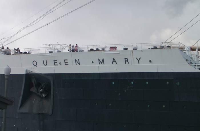 Nombre del Queen Mary en el exterior del barco