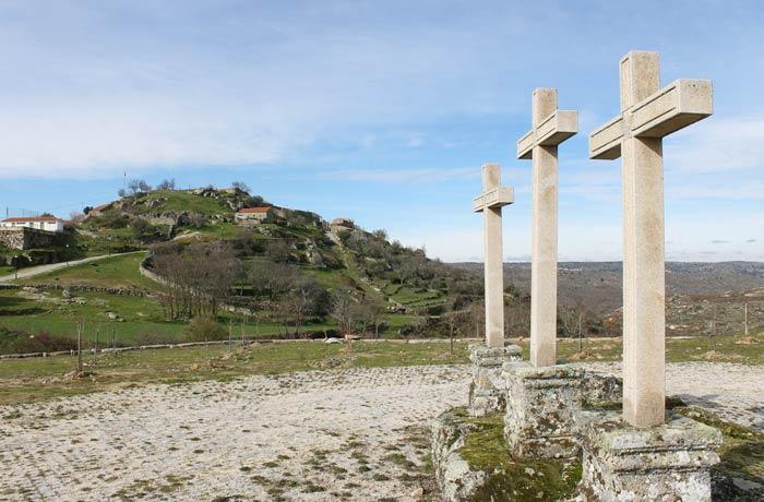 Calvario y vista de Castelo Bom al fondo