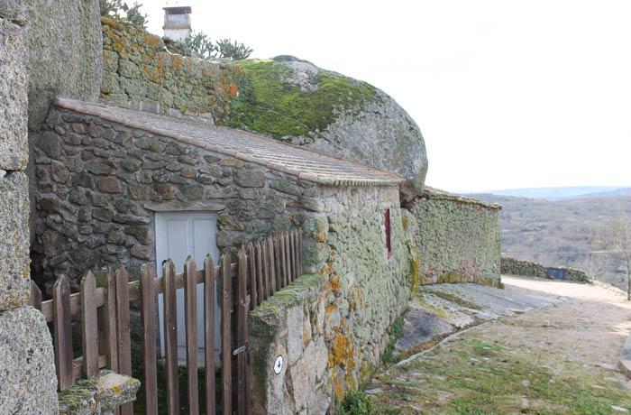 Casas construidas entre las rocas y los restos de la muralla Castelo Bom
