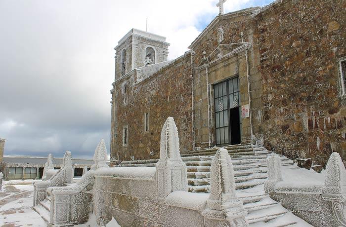 Nieve e hielo en la entrada de la iglesia del Santuario Peña de Francia