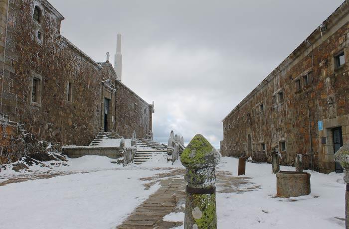 Iglesia de Santuario a la izquierda y hospedería a la derecha Peña de Francia