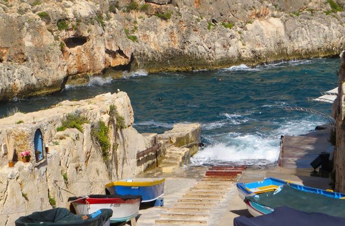 Embarcadero donde se toman los botes que recorren la Gruta Azul Malta