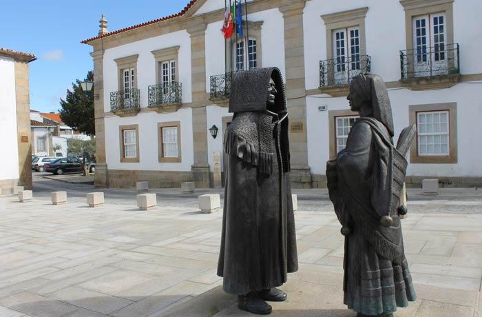 Pareja de mirandeses con sus trajes típicos frente al Ayuntamiento qué ver en Miranda do Douro
