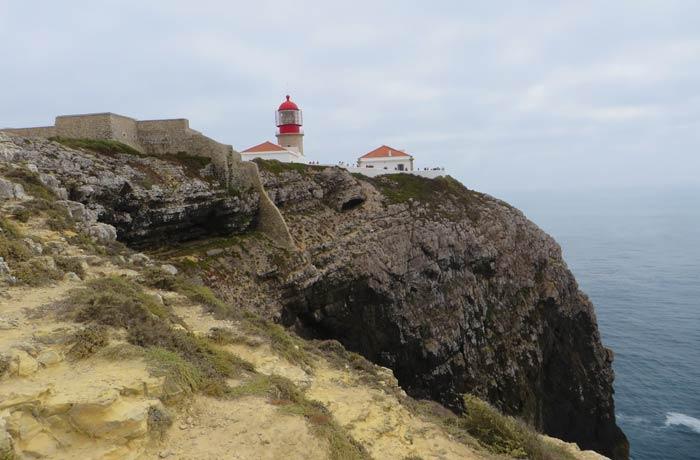 Vista del faro y la fortaleza en la punta del Cabo San Vicente Portugal