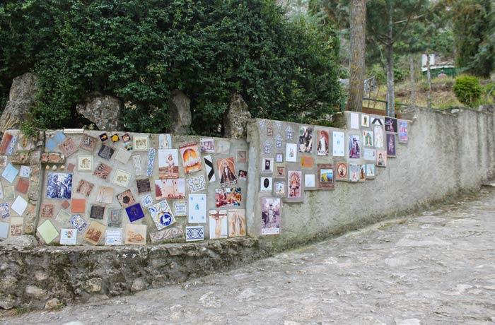 """Azulejos con motivos religiosos en las inmediaciones de la ermita de San Julián """"El Tranquilo"""" ruta de la Hoz del Júcar"""