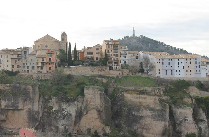 Casco histórico de Cuenca con la iglesia de San Pedro en la parte izquierda ruta de la Hoz del Júcar