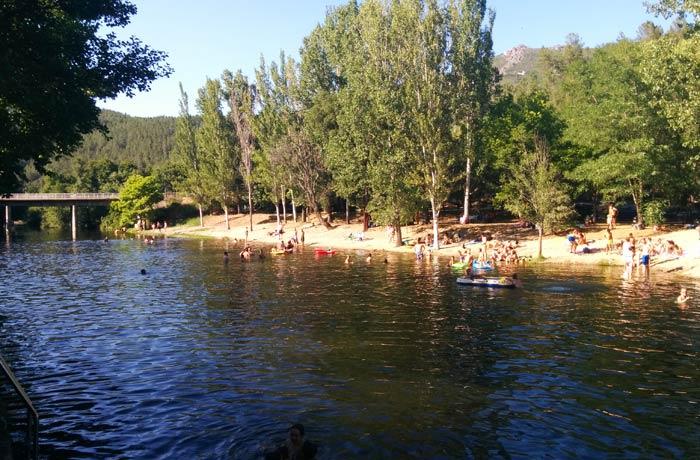 Arboleda que hay en una de las orillas de la piscina natural de Riomalo de Abajo